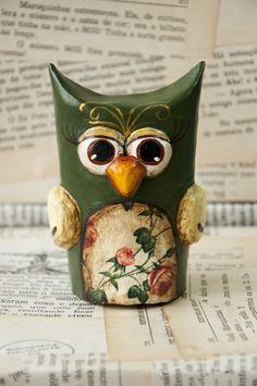 De elegância e delicadeza ela entende!  Feita de papel machê, a corujinha elegante é um exclusivo objeto decorativo. R$ 60,00