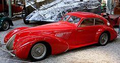 La Alfa Roméo Type 8C 2, cette voiture ancienne fut fabriquée en 1931, forme de carrosserie cabriolet, cette Alfa Roméo Type 8 C a une vitesse de pointe de 210 km/h, un moteur de 8 cylindres pour 2,3 litres.