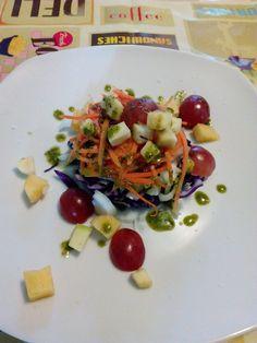 Ensalada de frutas de otoño y lombarda al aroma dealbahaca