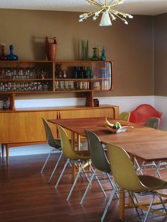 danish modern mid century dinning room by Rinehart Retro, via Flickr The colors, the big table!