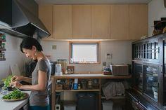 窓が2方向にあり、明るいキッチン。スペースもたっぷりとってあるので、何人かでお料理することもできる。