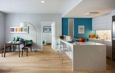 Одна из стен кухни окрашена в яркий голубой цвет