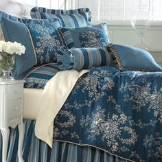 Wedgewood blue bed linens. Definitely would put this on my future bed!!
