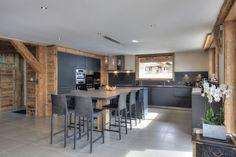 Cuisine dans les tons gris, mélange au bois : chaleureux et contemporain, esprit montagne chic #montagne #cuisine #chalet www.InSiDecoration.com