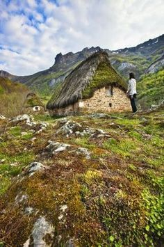 Must find this little Asturian hut. Paradise Places, Asturias Spain, Natural Park, Spain And Portugal, Spain Travel, Belle Photo, Cool Places To Visit, Wonders Of The World, Countryside
