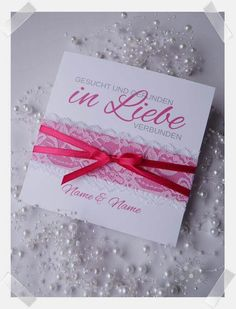 Handgefertigte Einladung zur Hochzeit mit Spitze und Satinband. In jeder Wunschfarbe individuell gestaltet erhältlich. Creative, Gift Wrapping, Tableware, Gifts, Invites Wedding, Host Gifts, Card Wedding, Little Gifts, Lace