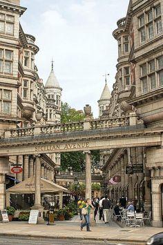 het design van deze gebouwen is zo mooi, dit is in Londen en geeft een wijk een veel rijkere uitstraling.