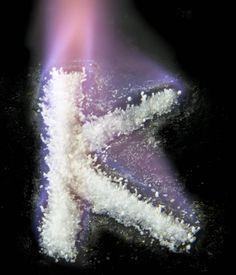 A cor da chama violeta é característica da presença de potássio em uma substância. Neste caso foi feita a queima do cloreto de potássio com…