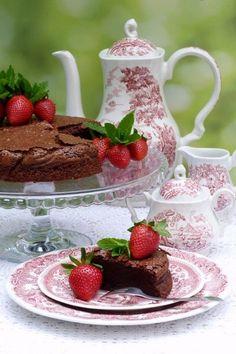 Olasz csokoládétorta (torta al cioccolato) - Kifőztük, online gasztromagazin Ale, Tea Pots, Pudding, Tableware, Desserts, Food, Diet, Tailgate Desserts, Dinnerware