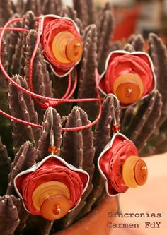 """Conjunto de """"Flores abotonadas"""". Viene a ser un reciclaje de cápsulas de café primaveral.  El conjunto está formado por pendientes, anillo y gargantilla."""
