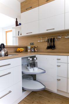 Bílá kuchyně s americkou lednicí Living Room And Kitchen Design, Kitchen Cabinet Design, Home Decor Kitchen, Interior Design Kitchen, Home Kitchens, Kitchen Remodel Pictures, Small White Kitchens, Small Apartment Kitchen, Contemporary Kitchen Design