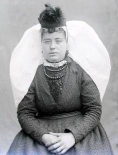 Thoolse vrouw in zondags kostuum met grote witte sluiermuts en kipje (modehoedje). (ZB, Beeldbank Zeeland)