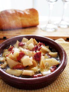 日本でも人気のあるスペインのタパス「アヒージョ」。定番の海老やマッシュルームをはじめ、タコや牡蠣などの魚介類、長ねぎやレンコンなど日本の野菜にも合います。今回は、定番アヒージョから、変わり種アヒージョまで、おすすめのアヒージョレシピをご紹介します。
