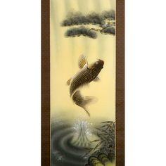 """In questo pregiato kakejiku (掛軸), firmato dall'artista Katsunari Morita (森田勝成), vediamo raffigurata una carpa (鯉) colta nell'atto di spiccare un balzo fuori dall'acqua. È un tema molto ricorrente nella pittura giapponese, specialmente nei rotoli da parete che vengono appesi nei tokonoma (床の間), le alcove presenti nelle stanze in stile tradizionale, durante il mese di maggio in occasione del """"Tango no sekku"""" (端午の節句), ovvero la festa dei bambini... (continua)"""