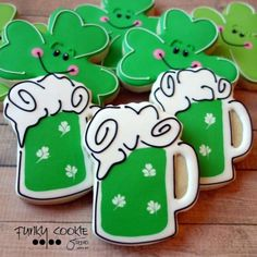 Patrick's Day Cookies to bless your family with good luck - Hike n Dip Beer Cookies, St Patrick's Day Cookies, Cut Out Cookies, Cute Cookies, Cookies And Cream, Holiday Cookies, Irish Cookies, Cookie Decorating Icing, Food Decorating