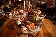 Kuninkaan kestit sisältävät:  Lähes 40 herkullista makua alku-, pää- ja jälkiruokana  Ruuat näyttävästi aseteltuina viikinkien taistelukilpien päälle  Menujen ja makujen esittelyn  Ryhmällenne sopivan tunnelmallisen tilaratkaisun  Halutessanne ryhmälle viikinkikypärät  Lisämaksusta viikinkikaste rohkeimmille Viking Food, Vikings, Table Settings, The Vikings, Place Settings, Tablescapes, Viking Warrior