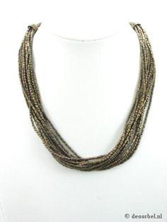 Bronskleurige halsketting van kleine kraaltjes (Sarlini). €9,95