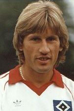 Manfred Kaltz ist der erfolgreichste Abwehrspieler in der Geschichte des Hamburger SV, Nationalspieler und Weltauswahlspieler. Zwischen 1971 und 1991 hat er 581 Bundesligaspiele für den HSV bestritten, soviel wie kein anderer in der Geschichte des HSV. Und auch Deutschlandweit hat nur Karl-Heinz Körbel mehr BL-Spiele auf seinem Konto .. ... nur der HSV !!