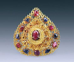 Chinese gold hairpin in the shape of flame. 11.2 cm large, the hairpin has still six rubies and six sapphires around a large ruby. It was found in Nanjing with other gold jewelry inside a tomb dating from the late 15th century CE, when Ming Dynasty was at its peak.