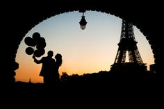 Perfect silhouette photo in Paris at sunrise in a great engagement session.