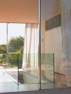 Guarda-corpo de vidro: perfil embutido no contrapiso.