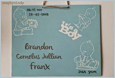 Geboortebord voor een jongen gemaakt met verf en vinyl en de silhouette cameo.