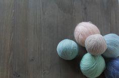 Dame una madeja y seré feliz  . #lana #lanas #yarn #wool #puralana #purewool #yarnstash #littletreasures #pequeñostesoros #vintagewool #lanasconhistoria #ohlanas #knitlife #knit #knitting #punto #tricot #ganchillo #crochet #whatmakesmehappy #slowknitting