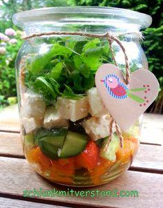 Salat to go low carb Rezept Schichtsalat zum Mitnehmen für die Mittagspause, schnell, lecker, gesund  #lowcarb #Rezept #abnehmen