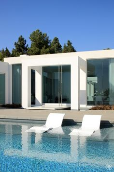 Minimalism In Modern Pool Architecture of Beverly Hills Moderne Pools, Beverly Hills Houses, Dream Pools, Pool Designs, Modern House Design, Interior Architecture, Architecture Mode, Minimalist Architecture, Exterior Design