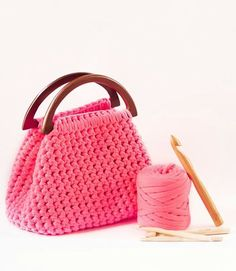 """Zpagetti crochet bag ♡ / lots of beautiful handbags - various styles with """"yarn tape"""" but no patterns - just pics. Diy Crochet Purse, Crochet Handbags, Crochet Purses, Love Crochet, Crochet Crafts, Crochet Bags, Crochet Fabric, Crochet Food, Crochet Winter"""