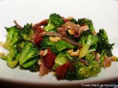 Brokkoliwok med spekeskinke, soltørket tomat og pinjekjerner | TRINEs MATblogg