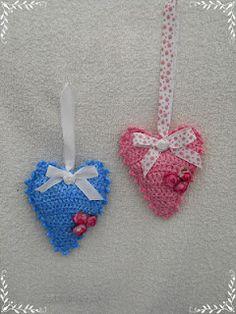 Hartjes van plastic vuilniszakken/Hearts crocheted from plastic binbags