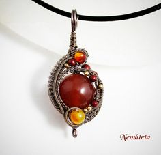 Pendant 'Nan-Og' Nan-Og: the plains of fire, a legendary place that belongs to Firïe, one of the forgotten realms of Farie in Laila Winter books. Enameled copper wire, fossil coral, onyx, carnelian...
