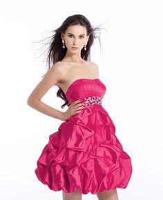 modelo de vestido fucsia.