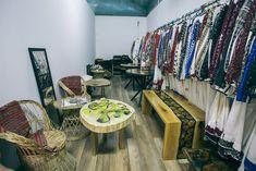 Piesele de mobilier realizate de Rustic Ideea expuse alături de colecția de costume populare. Costume, Rustic, Rugs, Modern, Home Decor, Atelier, Country Primitive, Farmhouse Rugs, Trendy Tree