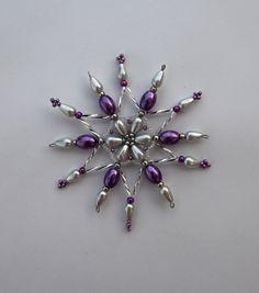 hvězdička z korálků Vánoční hvězdička z korálků a perliček na pevné drátěné konstrukci , velikost 8 cm v barvách bílá stříbrná fialová