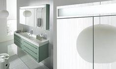 Armoire de toilette design Trévise de Decotec avec 3 portes miroir double face et 6 tablettes en verre, éclairage fluorescent.