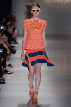 Blusa laranja de trico e saia listrada azul com laranja de trico no desfile da GIG Couture no São Paulo Fashion Week.  SPFW | VERÃO 2016 Fotos:Agência Fotosite