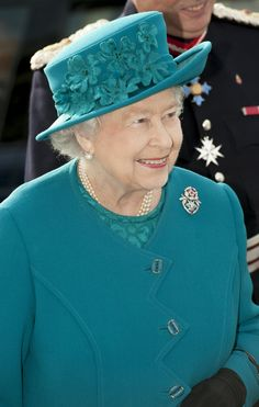 Queen Elizabeth II during an official visit to International Security Printers to view their work on specialist postage stamps - Wolverhampton, England, UK October 2014 God Save The Queen, Hm The Queen, Royal Queen, Her Majesty The Queen, Queen Hat, Queen Outfit, British Hats, British Royals, Wolverhampton