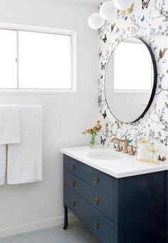 The clean simple colors in this bathroom goes so well with the brightly colored yet clean looking wallpaper. I'm totally digging it!