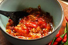 A sambal korek is an Indonesian raw chili salsa that is poured over with boiling hot oil. I make mine today with Madame-Jeanette chili peppers. Indonesian Sambal Recipe, Indonesian Food, Indonesian Recipes, Veggie Recipes, Indian Food Recipes, Ethnic Recipes, Veggie Food, Punch Recipes, Sauce Recipes