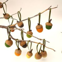 Een leuke decoratie voor de herfst, vilten bolletjes in eikeldopjes