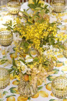Orquídeas cymbidium, chuva-de-ouro, mini phaleonapsis e laranjinhas kinkan do jardim de minha sogra, entraram da composição dos arranjos cheios de movimento criados por Márcio Leme da Milplantas.