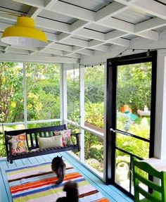 Cum amenajezi o terasa mica: 16 idei frumoase - Case practice Small Porch Decorating, Small Porches, Screened In Patio, Cool Designs, Relax, Comfy, Windows, Garden, Modern