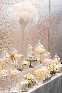 Buffet dulce golosinas blanco plumas lujo wedding Stunning all white candy display candy bar Great Gatsby Motto, Great Gatsby Theme, Great Gatsby Wedding, Dream Wedding, Wedding Ideas, 1920s Wedding, Wedding Themes, 1920 Theme, 1920s Party