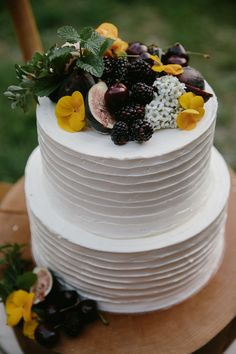 Simple Buttercream Wedding Cake With Blackberries Figs And Edible Flowers - Modern Wedding Cake Fresh Flowers, Cool Wedding Cakes, Beautiful Wedding Cakes, Wedding Cake Designs, Wedding Desserts, Beautiful Cakes, Wedding Ideas, Fall Wedding, Wedding Decorations
