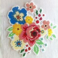 Creazioni in Pyssla: composizione floreale • #DIY #perline #pyssla