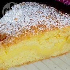 Bolo branco com recheio cremoso @ allrecipes.com.br - Esse bolo já é assado com o recheio dentro. Muito prático, fica delicioso.