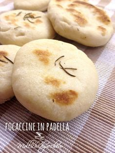 Share this on WhatsApp Share: Read more. Focaccia Pizza, Focaccia Recipe, Cooking Bread, Cooking Recipes, Good Food, Yummy Food, Tasty, My Favorite Food, Favorite Recipes