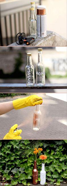 DIY Upcycling | Alte Flaschen einfach neu gestalten. Nach deiner Einweihungsparty keine Lust die ganzen Flaschen wegzuwerfen? Mit dieser einfach Anleitung kannst du in wenigen Schritten aus gebrauchten Flaschen wahre Hingucker machen. Probier's aus!